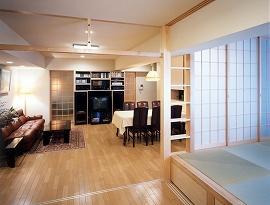 風通しがよく引き戸の可変によって個室も形成できるフレキシブルな間取り。床上げ和室は、梁の出っ張りを逆手に取り、はしご状飾り棚を取り付け。