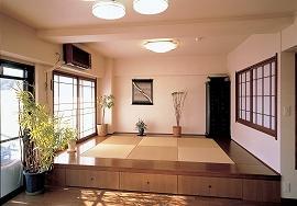 広くなったリビングダイニングにある床上げの畳コーナー。琉球畳のまわりの板間や、雪見障子で、仏壇を置くコーナーとしても引き締まった印象。