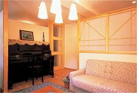 ピアノのある応接室。障子を設けることで、広がりが生まれ、後ろの廊下にも光を届けてくれる。