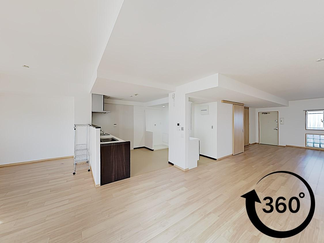 間仕切り壁や廊下がなく、玄関からキッチン、洗面室まで全てがひとつの空間となっているリビング。