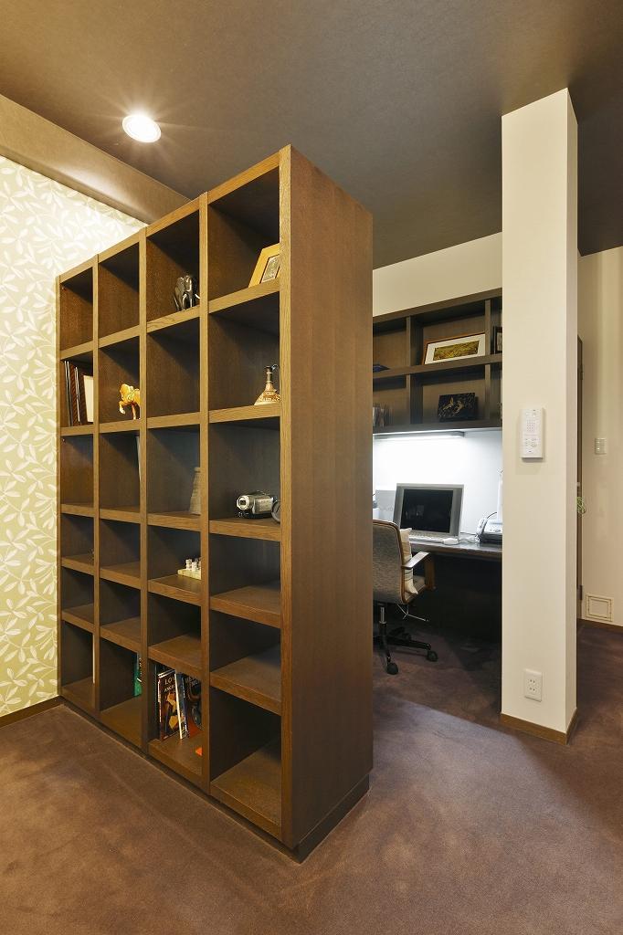 オープン棚で緩やかに仕切ったデスクスペース。オンライン会議でも、おしゃれな背景になります。