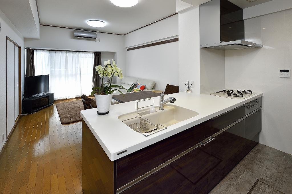 リビング全体が見渡せるオープンキッチン、お手入れのしやすいレンジフード。