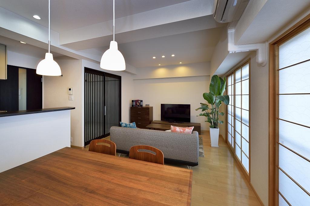 和モダンで、明るく開放的なリビングダイニング。バルコニー側には障子、和室の出入り口は格子戸を採用。