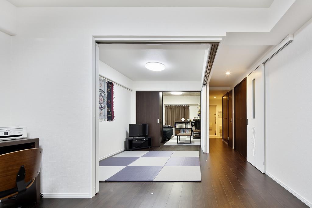 建具をすべて開け放つと、リビングから、畳コーナーを通り、玄関側の息子さんの部屋まで、すべてがつながる間取り。