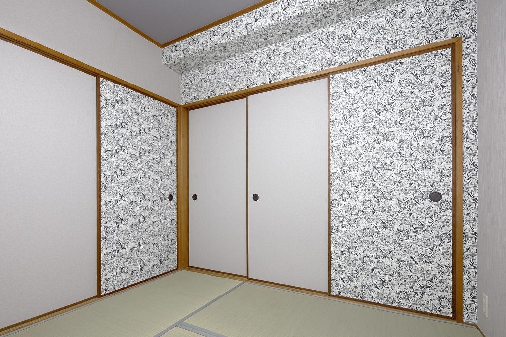 襖や壁にタンポポをモチーフにした、大胆なアクセントクロスを貼った和室。
