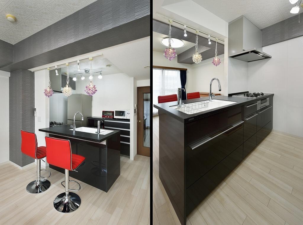 御影石調の人造大理石カウンターのオープンキッチン。スタイリッシュなキッチンに真っ赤なカウンターチェアと、お花のようなペンダントライトをコーディネート。