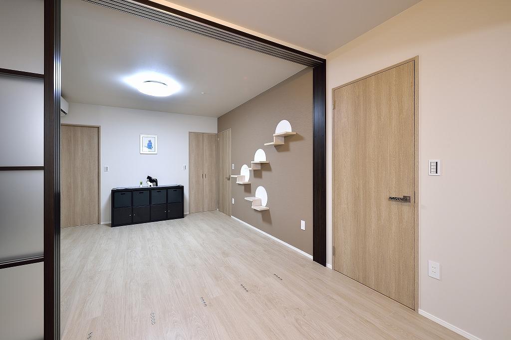 洋室2部屋を、天井まで高さのある半透明の建具で仕切れるように。壁にはねこステップ。