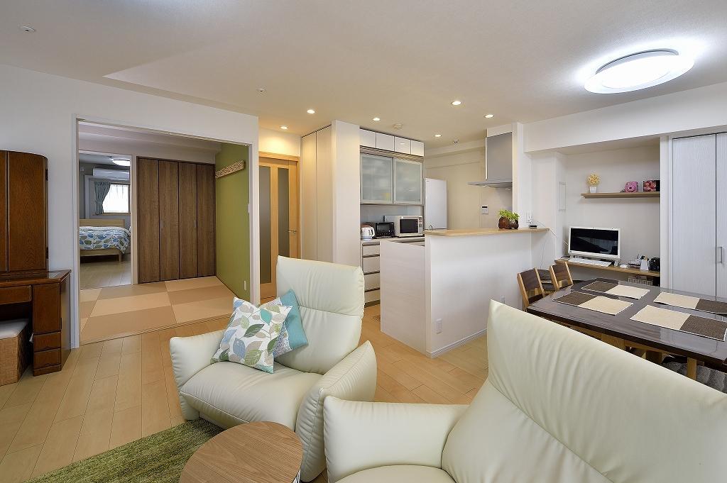 リビングから和室を通り、寝室までつながる間取り。キッチンには大容量のパントリースペース。