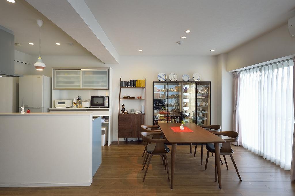 壁付けから対面式に変えたキッチン。壁を取り払い広くなったリビングダイニング。