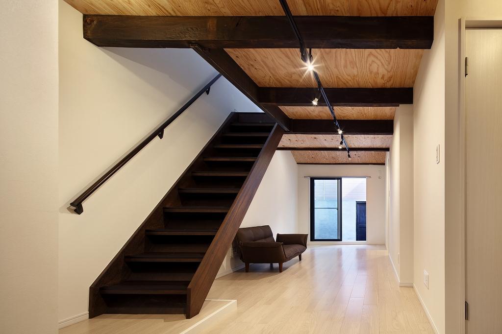 長屋をリノベーション。既存の梁や階段はダークブラウンに塗装しアクセントに。天井のスポットライトがオシャレ長屋を引き立てる。