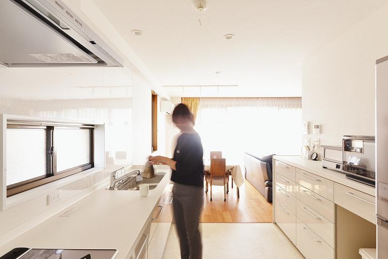 キッチンの配置変更で家事がはかどる間取りにリフォームした事例