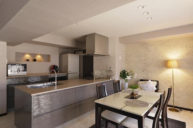 オーダーキッチンが映えるシックなリフォーム、洗練された空間、オープンキッチン、アクセントクロス、間接照明、ニッチ、アート、輸入壁紙