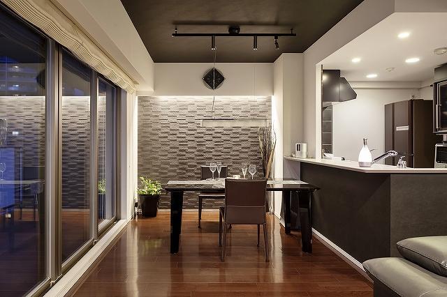 和室をリビングに取り込んだリフォーム事例。アーバンモダンなリフォーム。間接照明のあるシックな空間。