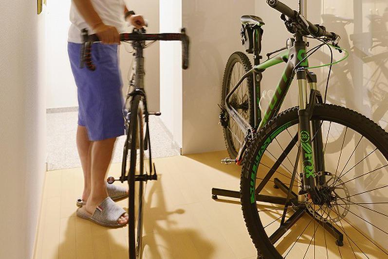 廊下に自転車のディスプレイスペースをつくったリフォーム。