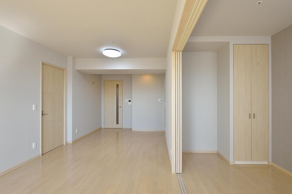 高層タワーマンションの仮住まい物件。 リビングと個室の間仕切りを開放すると一つの広々空間に。