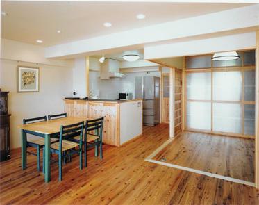 将来の子供部屋以外は、一室で広くつかえるよう、キッチンはオープンに、寝室は壁を作らす建具で仕切った。自然素材にこだわり、フローリングは杉、壁紙はケナフクロスに。