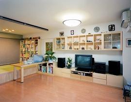 和室をリビングに取り込み。床上げの畳コーナーとした。来客時にはロールスクリーンを下げ客間として使用できる。家族で共有できるリビングのワークスペース。