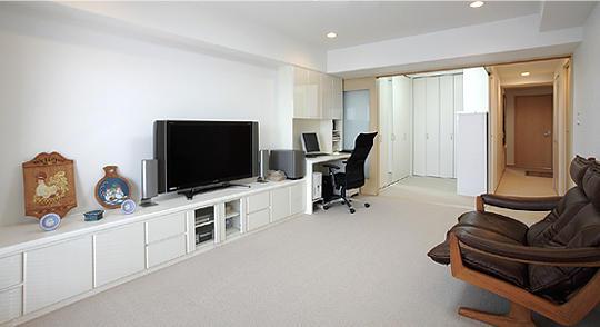 リビング横の和室を収納室に変え、物干し用金物も取り付け、家事の中でも手間のかかる洗濯の一連の動作を一か所でできるように。