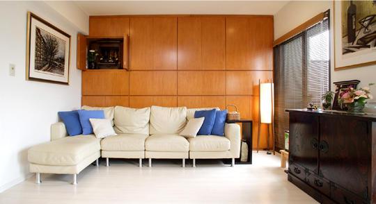 リビングのフローリングはアイボリーの石目調に。玄関の大理石や水まわりのフロアとも色を合わせ統一感を。大容量の壁面収納は、温かみのあるチェエリー色。