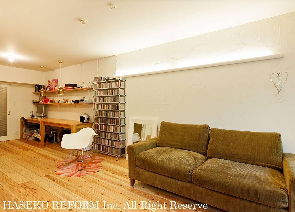 自分たちらしい家を手に入れるため、リフォーム前提で購入された中古マンション。壁を取り払い広くなったリビングは、杉の床や珪藻土の壁でこだわりの空間に。