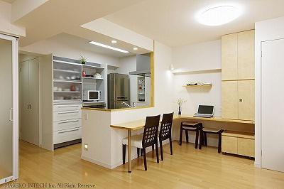 キッチンの対面カウンターとL字型で一体となったデスクコーナー。在宅ワークにおすすめ。