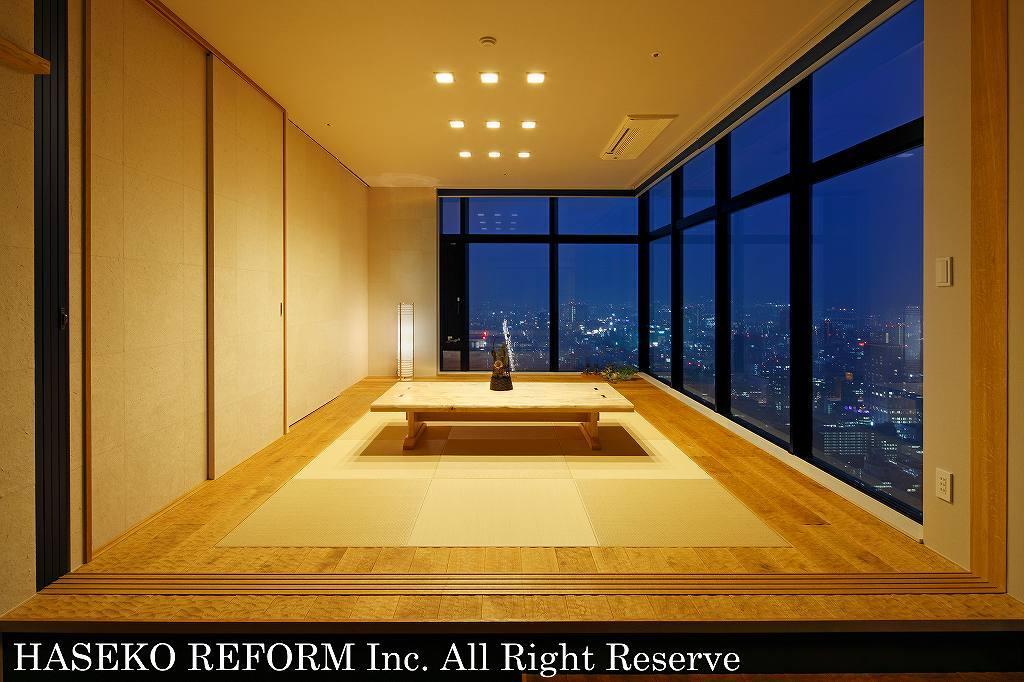 リビングより45cm床をあげた和室。縁無し畳の周囲はオーク材の板間。上質なモダン和室と、高層の景色を望むL型の大窓との組み合わせは、まさに洗練された都会の住まい。