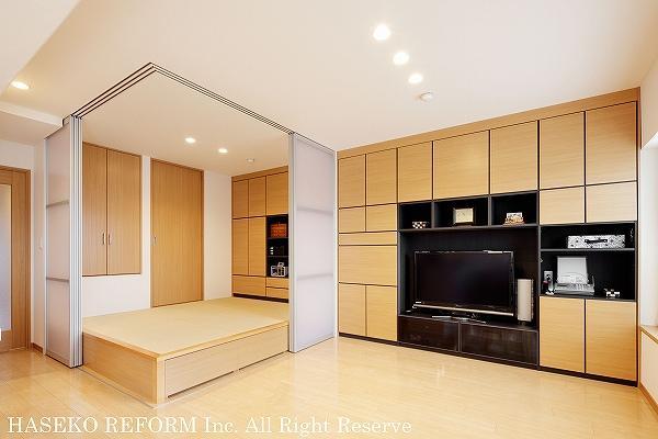 リビングと床上げ和室。和室は半透明のスライド引き戸をオープンにするとリビングとワンルーム感覚に。和室からリビングまで続く壁は全面収納に。