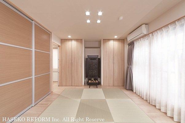 リビングとの壁を取り払った旧和室部分。琉球風畳を配置し、クローゼットの間に仏壇コーナー。側面の壁はスライド引き戸の収納。