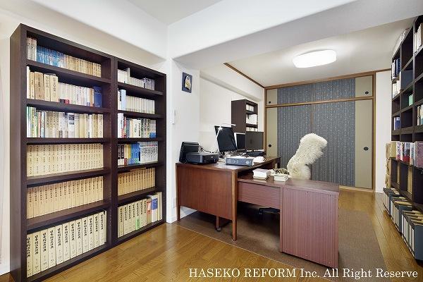 机を中心に、壁面にセミオーダーの本棚を設置した書斎。元は和室であり、あえて残した押し入れ。巾広の渋い襖紙が和装で過ごされるご主人とマッチ。