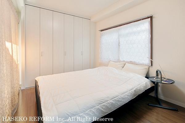 冬がとても寒かった寝室には、内窓を設置。壁面のクローゼットは、手持ちの家具がぴったり収まる造りに。