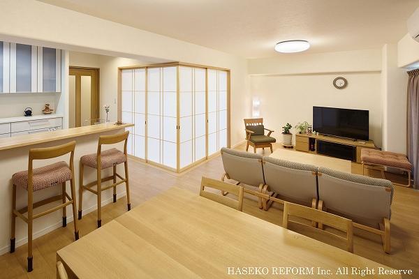 和室にもマッチする上質なナチュラルテイストの家具のそろった広いリビングダイニング。コーナーにある和室は、普段は障子を開けて、リビングの一部として使用。