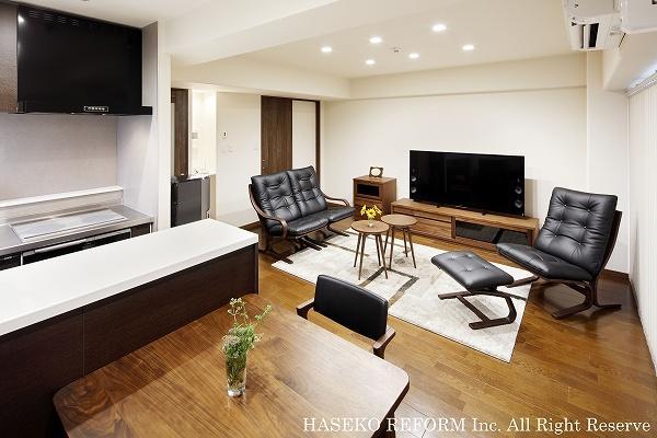 キッチンの袖壁を撤去しカウンターを設置。リビングとのつながりを感じられる空間に。建具と家具はウォールナット色で統一し落ち着いたテイストに。