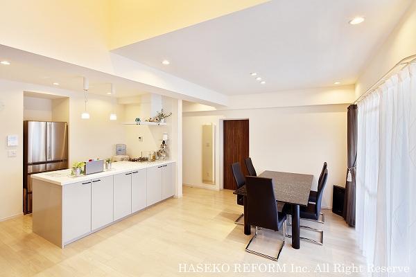 大きくて明るいオープンキッチン。白色の換気扇には植物も飾ってオシャレ。リビング全体を見渡せて、家族の会話も弾みます。